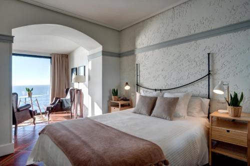 A bed or beds in a room at Hotel El Castillo de Los Locos