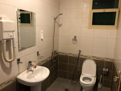 Um banheiro em اجنحة المسكن المثالي الفندقية