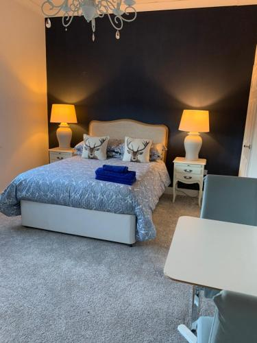A bed or beds in a room at Giffnock B&b