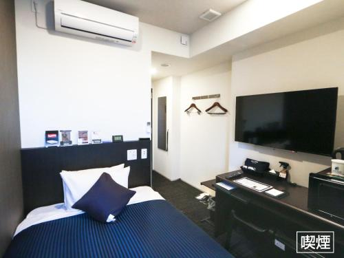 A television and/or entertainment centre at Hotel Livemax Yokohama Stadium Mae