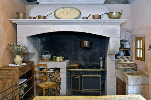 A kitchen or kitchenette at Un Mas en Ville
