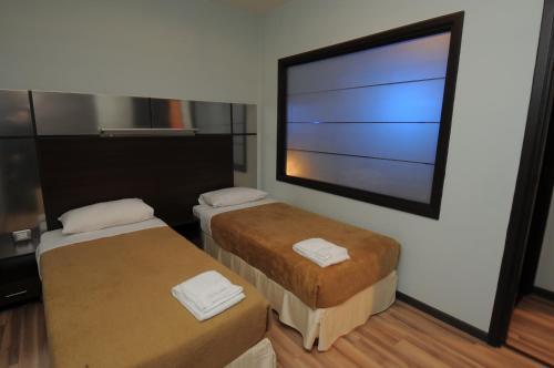 سرير أو أسرّة في غرفة في فندق سويت ميرلوت - بيروت