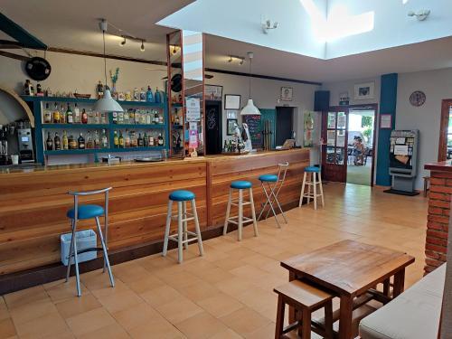 El salón o zona de bar de Camping El Pinajarro
