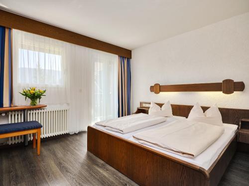 Кровать или кровати в номере Parkhotel Waldeck Titisee
