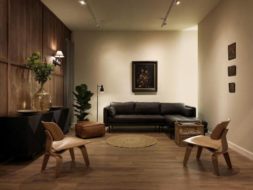 A seating area at Townhouse Apartments
