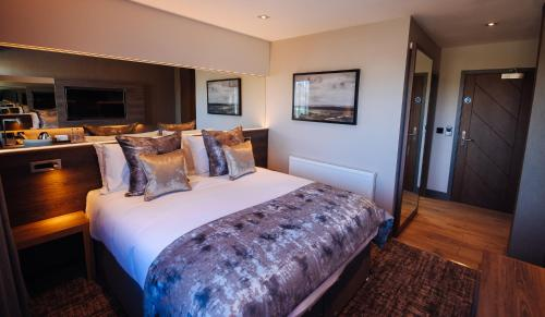 A bed or beds in a room at The Redhurst Hotel Glasgow