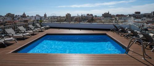 Бассейн в Salles Hotel Málaga Centro или поблизости
