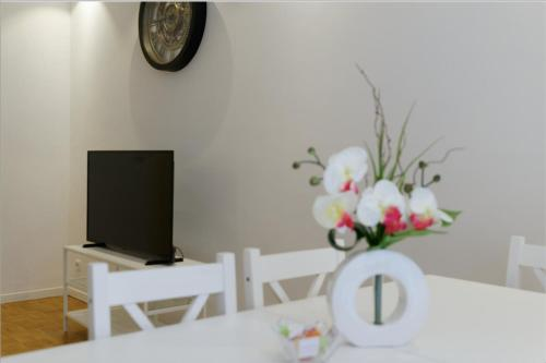 A television and/or entertainment centre at Modern flat 2 steps from the port of Marseille