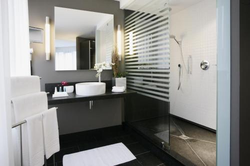 A bathroom at Boston HH