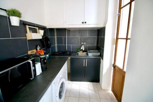 A kitchen or kitchenette at Large Apartment with Quiet Terrace