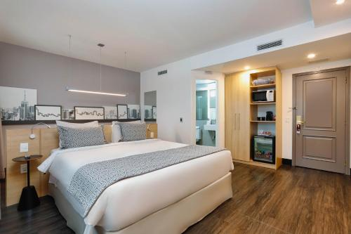 A bed or beds in a room at Mercure Sao Paulo Pinheiros