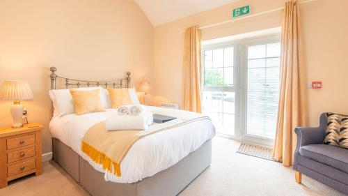 A bed or beds in a room at Lastra Farm Hotel