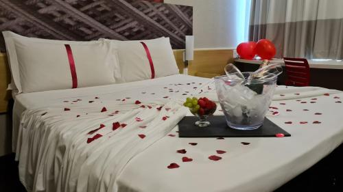 A bed or beds in a room at ibis Maringa