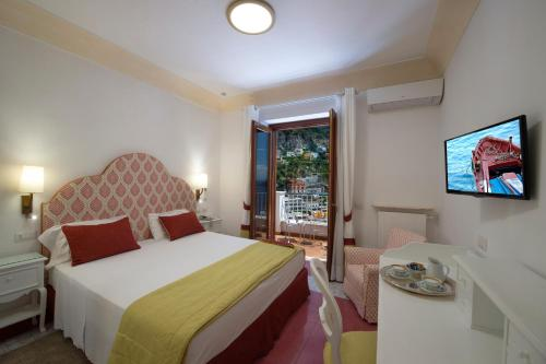 A bed or beds in a room at Hotel Casa Albertina