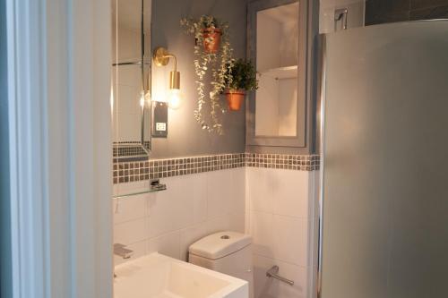 A bathroom at Beckford Inn