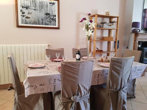 Restaurant ou autre lieu de restauration dans l'établissement Les Volets Bleus Castelseigneur jusqu'à 9 -