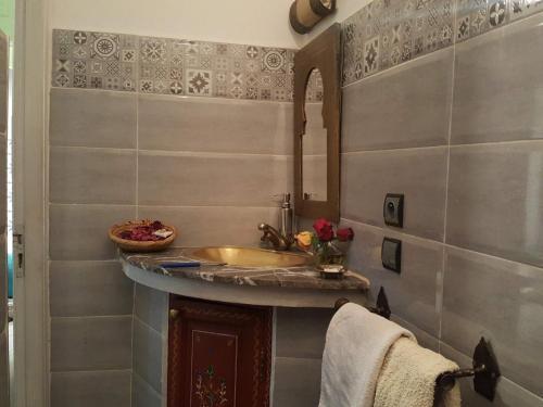 A bathroom at Riad Johnboy