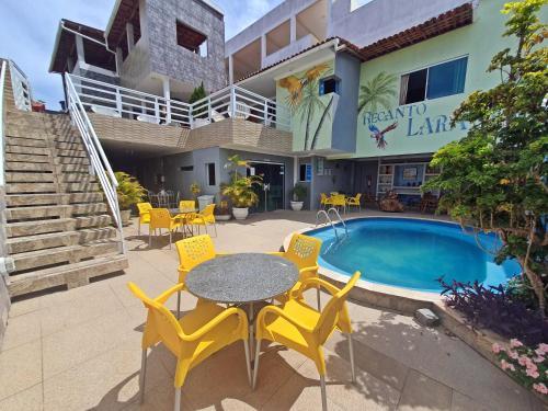 A piscina localizada em Pousada Recanto Lara Mar ou nos arredores