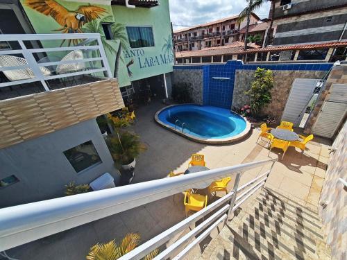 Uma vista da piscina em Pousada Recanto Lara Mar ou nos arredores