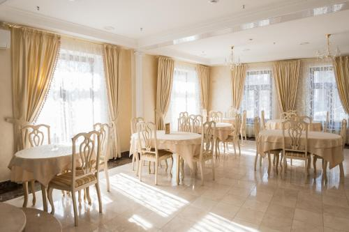 A restaurant or other place to eat at Rus Hotel
