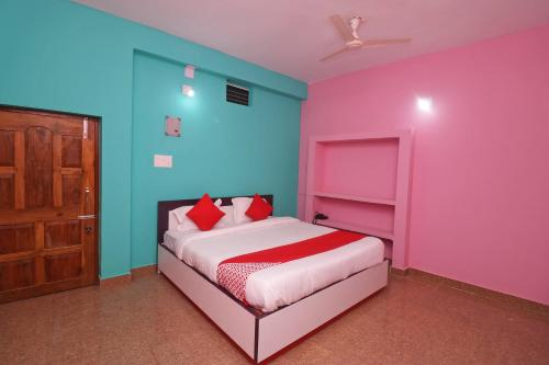 A bed or beds in a room at OYO 44227 Hotel Sri Govinda