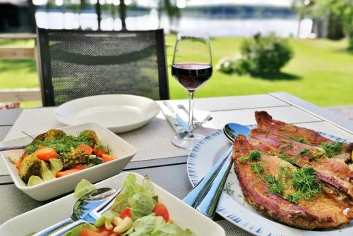 Lunch and/or dinner options for guests at Ainola Cottage
