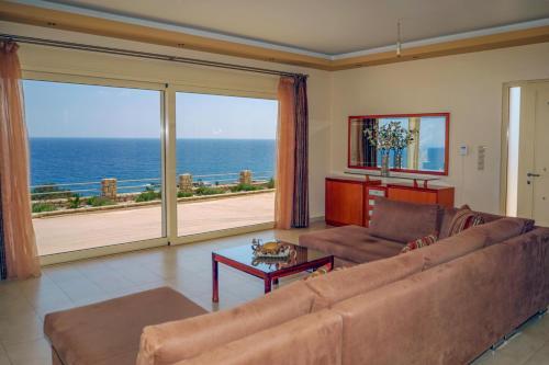 A seating area at Villa Blue Dream