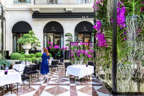 Ein Restaurant oder anderes Speiselokal in der Unterkunft Four Seasons Hotel George V Paris