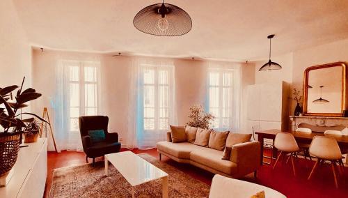 A seating area at Les 5 avenues-Longchamp - Appartement de charme 80m2 T3 - Marseille