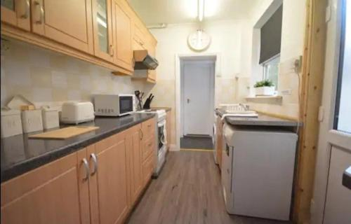 A kitchen or kitchenette at SPACIOUS TERRACED HOME CLOSE TO NUNEATON SLEEPS 7