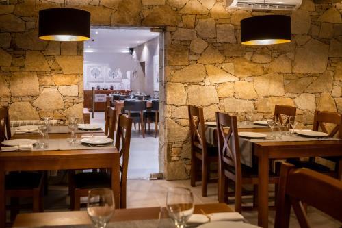 Um restaurante ou outro lugar para comer em Quinta das Oliveiras Turismo Rural