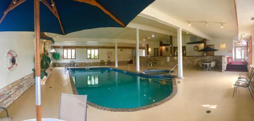 The swimming pool at or close to Landmark Motor Inn