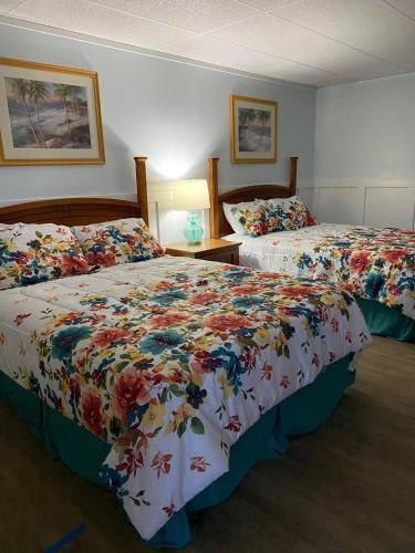 A bed or beds in a room at The Palms Motel