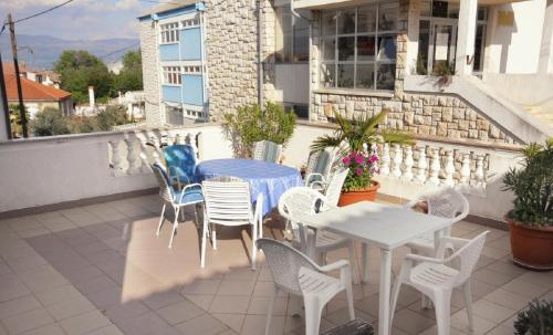 A balcony or terrace at App-rooms Luka with parking