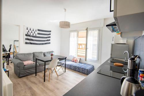 A seating area at Large apartment 15min from the BEACHES