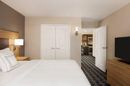 A bed or beds in a room at TownePlace Suites Cedar Rapids Marion