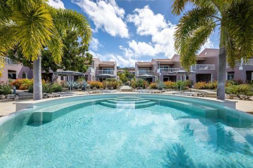 A piscina localizada em Coral Estate Luxury Resort ou nos arredores