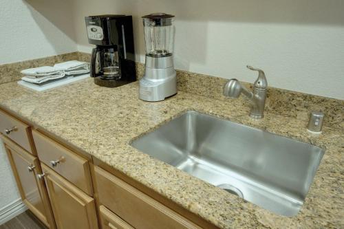 A kitchen or kitchenette at Desert Rose Resort