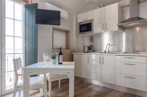 A cozinha ou kitchenette de My Bairro Alto Suites