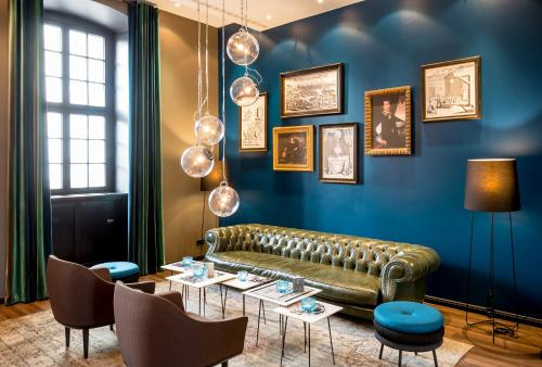 A seating area at Motel One Magdeburg