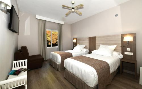 Cama o camas de una habitación en Hotel Salobreña Suites
