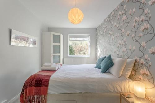 A bed or beds in a room at Bright 1 Bedroom Flat in Finsbury Park