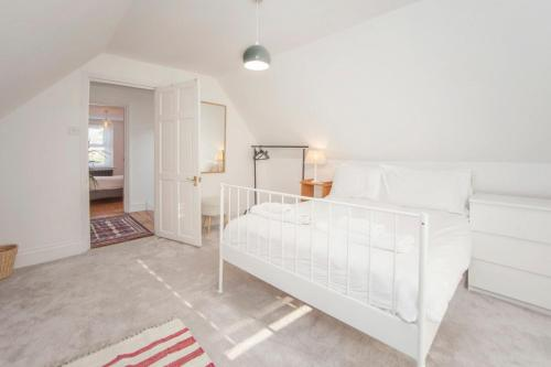 A bed or beds in a room at Modern and Chic 2BD in Bristol