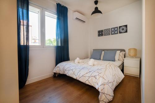 A bed or beds in a room at Cozy and convenient studio near to Airport