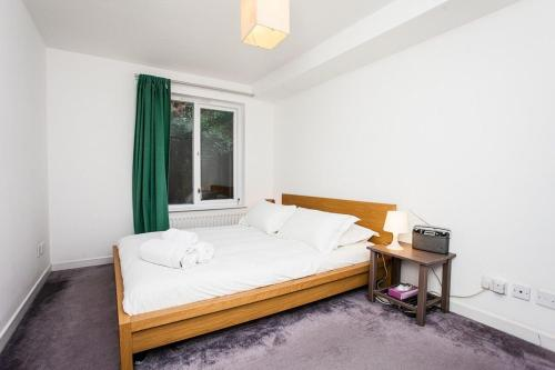 A bed or beds in a room at Charming Peaceful 2 Bedroom with Parking and Garden