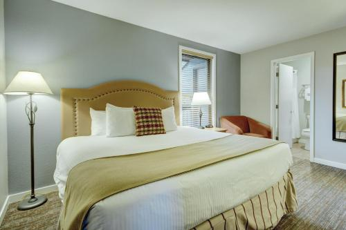 A bed or beds in a room at Seventh Mountain Resort