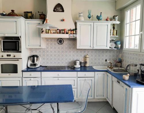 A kitchen or kitchenette at chambre privée ds maison