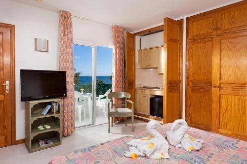 Een bed of bedden in een kamer bij Blue Sea Apartamentos Costa Teguise Beach