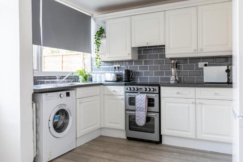 A kitchen or kitchenette at Stylish House & Work and Leisure inc FREE Parking & BHX Airport by ComfyWorkers