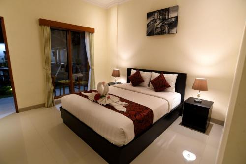 A bed or beds in a room at Tom's Inn Pecatu